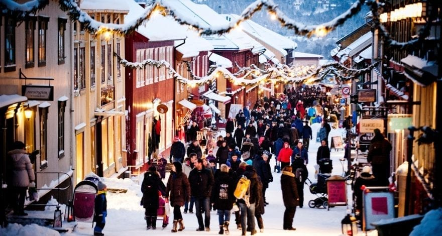 christmas-shopping-at-roros-kjerkgata_foto_innovation-norway_thomas-rasmus-skaug